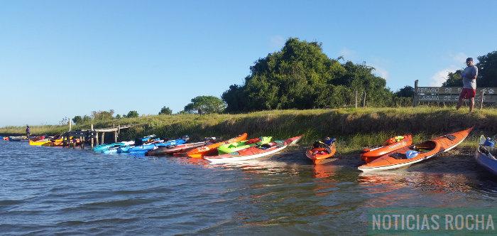 kayaks en la orilla del monte de ombues