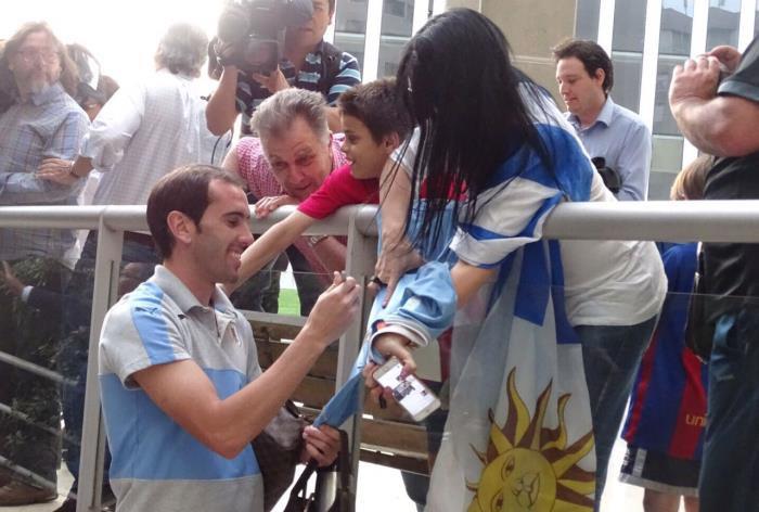 godin firmando autógrafos previo partido uruguay chile